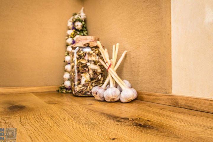 połączenie gliny i tadelakt w kuchni http://budujnaturalnie.pl/ wykończenie ściany w obrębie blatu kuchennego: Tadelakt Materiał: http://www.dom-z-natury.pl/tynk_tadelakt.html