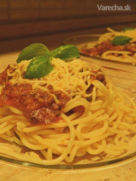 """Keď som ešte jedávala mäso, medzi moje najobľúbenejšie recepty na cestoviny patrili jednoznačne Bolonské špagety. Keďže som sa tohoto receptu nemienila vzdať ani teraz, keď už mäso jesť nemôžem, pripravila som variant pre všetkých vegetariánov, ktorú od tej klasickej mäsovej chuťovo naozaj nerozoznáte. Sľubujem :) Nie som zástankyňa tofu syra a iných """"gebuzín bez chute"""", takže tento recept bude o niečom inom. Dobrú chuť!"""
