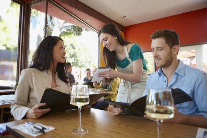 Los 7 trucos que usan los camareros para que dejen más propina