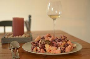 Rode bieten salade met aardappel, ui, appel, ei en augurk