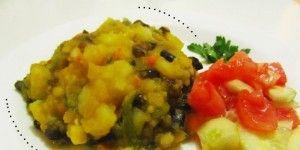 Charquican de cochayuyos Esta es la Receta Chilena del Charquican de Cochayuyos, una preparación tradicional de nuestra cocina criolla. INGREDIENTES 100g de Cochayuyo (1 paquete) 500g de Papas (1/2 Kg) 80g de Arvejas (cocidas) 200g de Zapallo (zapallo camote) 1/2 Taza de pimientos (cortados en cubos) 1 Cebolla mediana 2 Dientes de ajo 1 Caluga de caldo de verduras 1 Rama de apio Cilantro y perejil Merken (opcional) La sal y pimienta a gusto