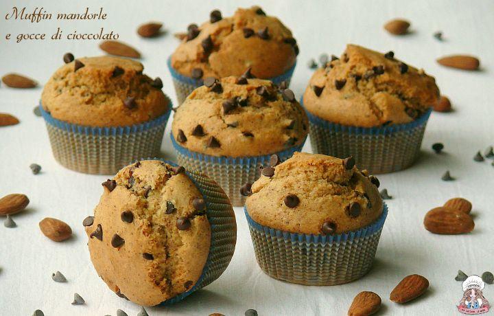 Soffici e gustosi, i muffin mandorle e gocce di cioccolato, sono facili e veloci da preparare. Ideali per la colazione o la merenda di grandi e piccini! ;)