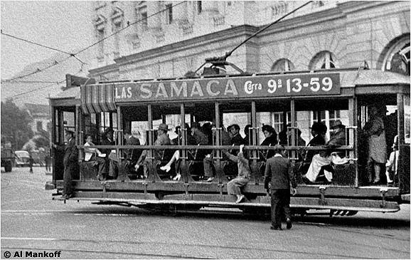 Tranvía en Bogotá en 1947.  Los primeros tranvías eléctricos de Bogotá fueron transportados en partes, a lomo de mula. Los vehículos llegaron a Bogotá a comienzos de 1908, pero no entraron en operación hasta después de dos años. Esta fotografía tomada en 1947 muestra uno de los carros abiertos originales de 1908.
