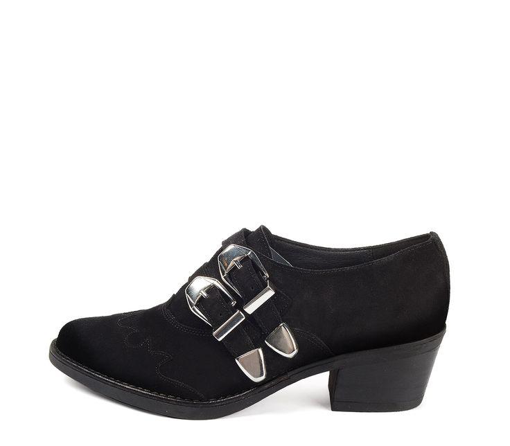 Ref. 3633 Zapato serraje negro tipo campero. Detalle de dos hebillas plateadas. Tacón de 5.5 cm y sin plataforma delantera.