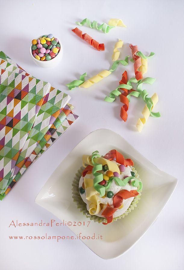 cupcakes di carnevale al pistacchio con topping al mascarpone e stelle filanti di zucchero