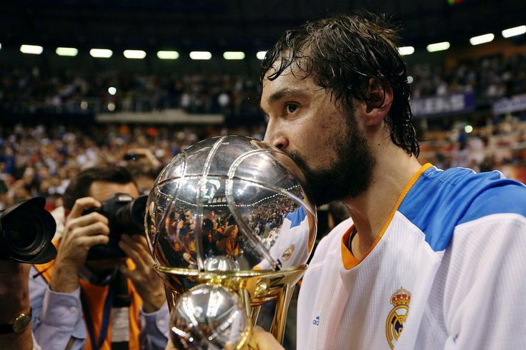 Sergio Llul besa la tan ansiada copa tras encestar el tiro ganador a falta de una decima