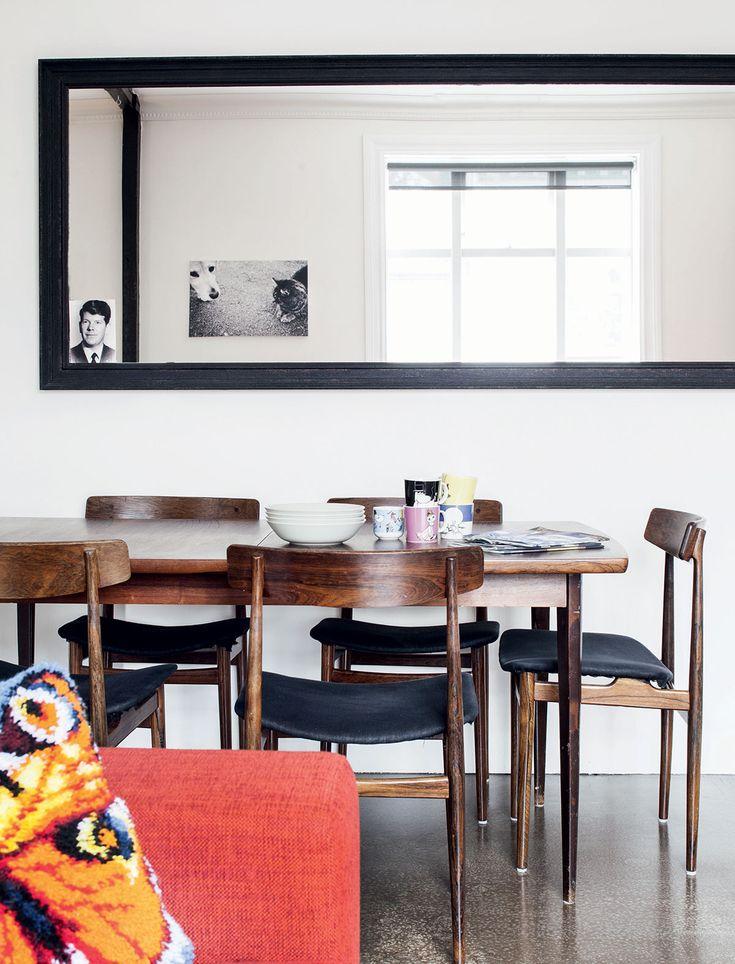 Kodin tyyliin kuuluvat kierrätetyt huonekalut. Olohuoneen ruokapöytä tuoleineen on hankittu antiikkiliikkeestä. Peilistä kurkistaa Sadun ottama kuva edesmenneestä Nuutti-koirasta.