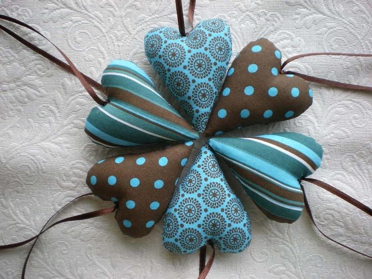 Süße Stoffherzen - zum Dekorieren, als kleines Mitbringsel oder um mal ein Geschenk zu verschönern.  Es fallen euch bestimmt viele Möglichkeiten ein.