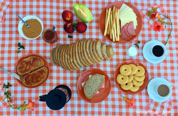 Πρωινό με φυστικοβούτυρο και σπιτική μαρμελάδα ροδάκινο με μέντα