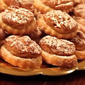 La ricetta dei nocattoli, dolci tradizionali della pasticceria siciliana di Nicosia a base di pasta frolla ricoperta di pasta di mandorle e zucchero a velo.