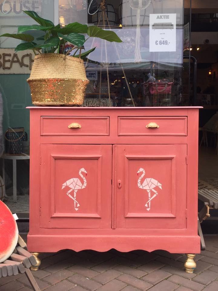 Dit leuke kastje is geverfd met de chalk paint van Annie Sloan! Met deze verf hoef je niet te schuren en knap je gemakkelijk je oude meubels op. Meer informatie op: www.debestekrijtverf.nl