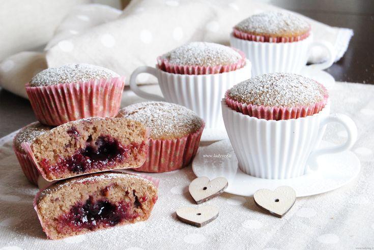 Cupcakes vegan senza glutine ai frutti di bosco, dolcetti ripieni di marmellata, morbidi e leggeri da portare come merenda o per fare una tenera colazione.