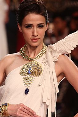 Model-posing-at-the-GSI-Anand-Shah-Show,-IIJW-2015