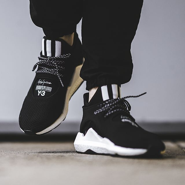 fc5de801955e Looking great and comfortable. Y-3 Saikou with white.  adidas  Y3   YohjiYamamoto  sneakers  streetstyle  streetwear  menswear  fashionstyle   running ...