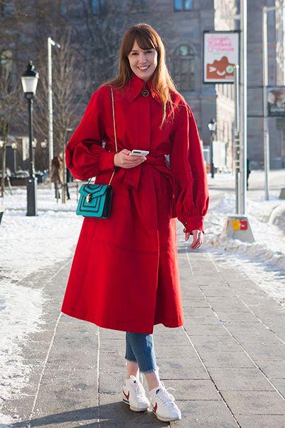Bam! Tomatenrot leuchtet auf schneebedeckten Straßen besonders schön. Da braucht's auch gar nicht viel mehr, vielleicht noch ein kontrastfarbenes Türkis-Täschchen!