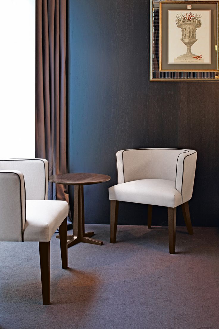 Gleen chair by Oasis, designed and made in Italy. Available in different coverings, fabrics or leather.