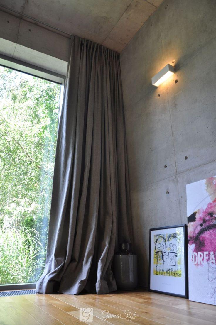 Zasłona w kolorze ciemnej szarości, leżąca na podłodze, upięcie na fałdach stałych, projekt i realizacja Gama Styl http://www.gamastyl.pl/oferta/dekoracje-okien