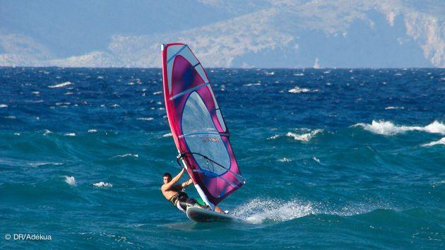 Profitez de vos vacances à #Rhodes pour vous initier à la planche à voile dans une ambiance amicale