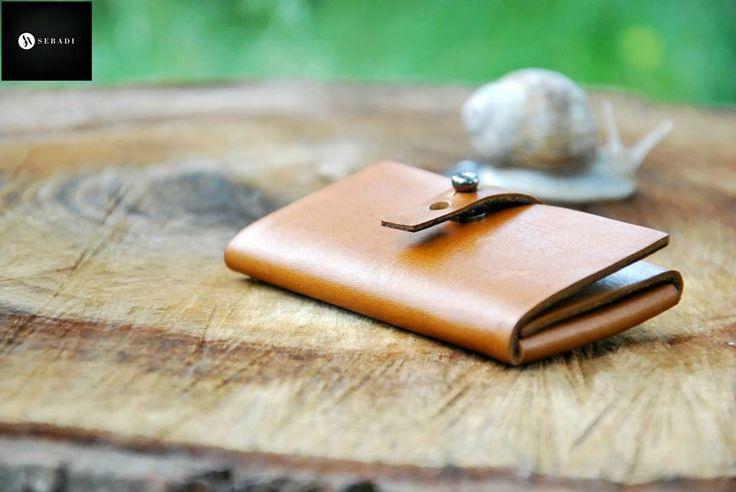 Portofel din piele naturala 1 -maro  -compact -captusit cu piele gri -accesorizat cu capsa si inchizatoare metalica nichel innegrit -dimensiuni l=5,5cm h=9,5cm g=1,5cm  PRET: 50 lei