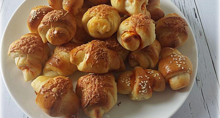 Sörkifli recept: Az Ízőrzők című műsorban láttam ezeket a kifliket. Langyosan a legfinomabb de még másnap is teljesen puhák. Lehet tölteni kolbásszal, füstölt sajttal, pizzakrémmel. Mindenhogyan nagyon finomak!
