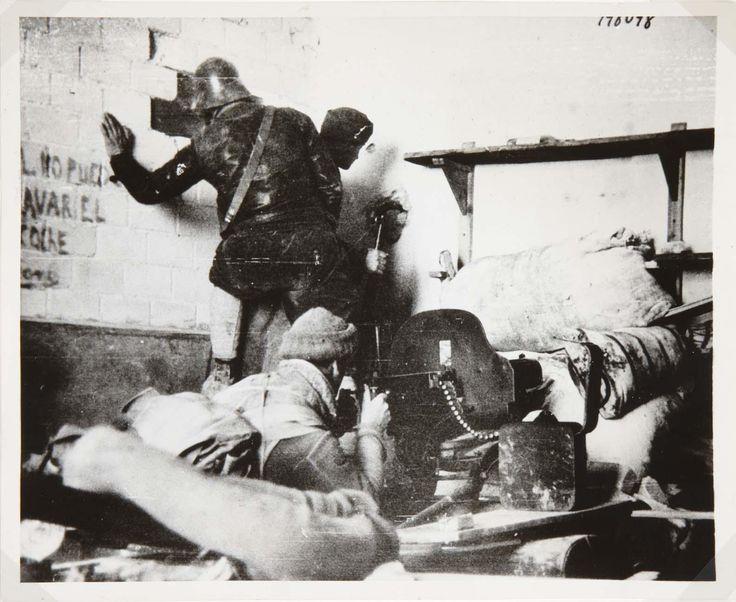 Capa, Robert (André Ernö Friedmann) - Combate en la Ciudad Universitaria   Museo Nacional Centro de Arte Reina Sofía