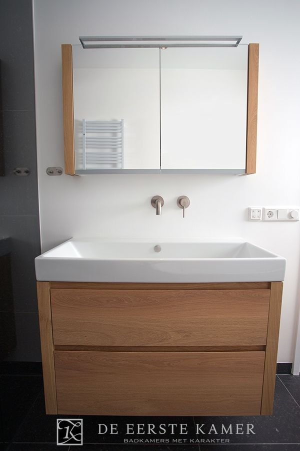 (De Eerste Kamer) Een badkamermeubel met spiegelkast. De rechthoekige wastafel is keramisch. Meer badkamermeubels vindt u op www.eerstekamerbadkamers.nl