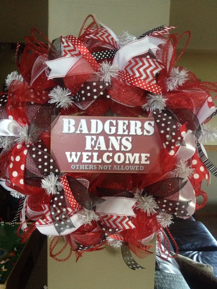 Wisconsin badgers mesh wreath things i 39 ve made for Badger christmas decoration