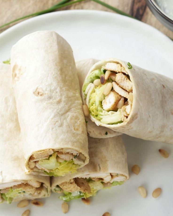 Een originele versie van Caesar salade in wraps met krokante pijnboompitjes en een lichtere dressing op basis van yoghurt. Lekker licht en overheerlijk!