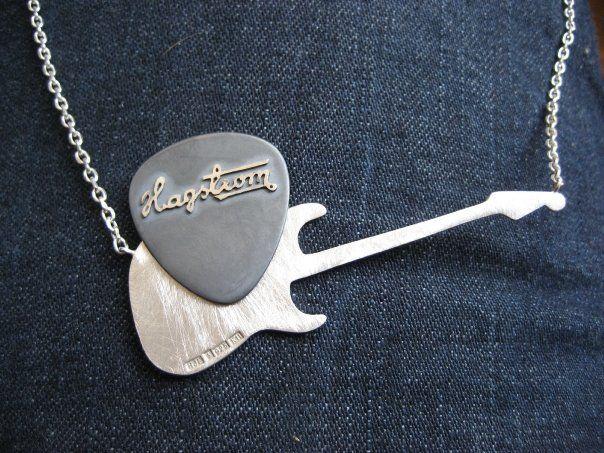 Halsband och plektrum i silver. Necklace and plectrum in silver. Guitar by Lisa Hjelmqvist, Sweden.