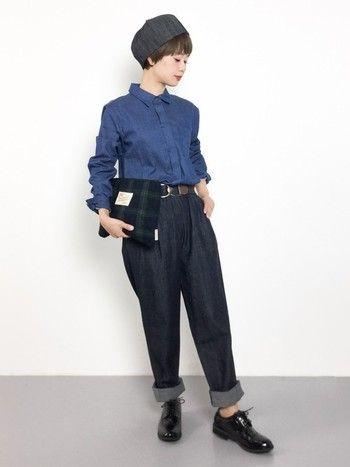 【デニム×シャツ】 インディゴカラーのシャツとデニムのクールな秋コーデ。マニッシュなエナメルのレースアップシューズやチェック柄のクラッチバッグなど小物使いが素敵です。