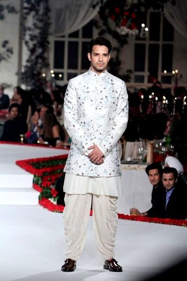 #VarunBahl makes it possible for men to wear #florals! Sport this look for your…