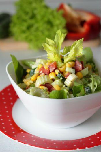 Салат с сельдереем и сладкой кукурузой
