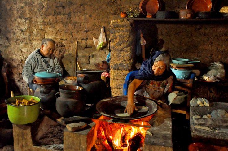 desde Patamban ,Michoacán, una bellísima fotografía de ésta señora cocinando tortillas tradicionales en éste pueblo tarasco de 1000 habitantes aproximadamente... Foto : Martin Castro Rosa
