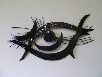 Een metalen wanddecoratie met de naam Black eye