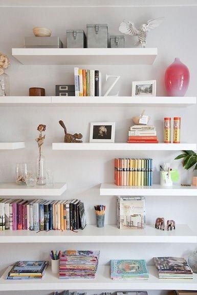 Outra dica é sempre fazer pilhas de livros tanto na horizontal quanto na vertical.