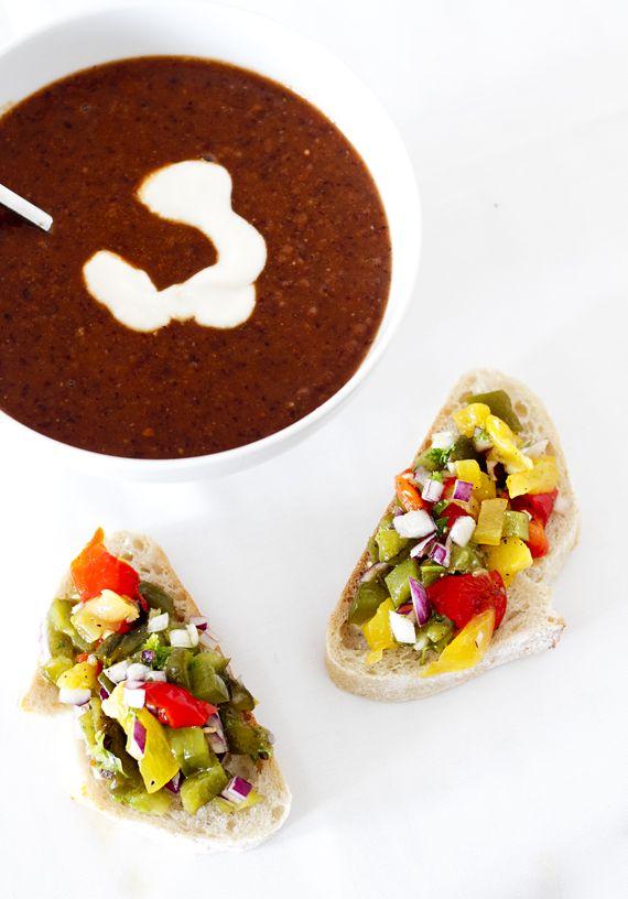 het svart bönsoppa och bruschetta med rostad paprikaröra.