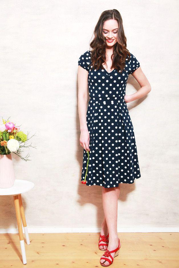 Knielanges Kleid mit Punkten und V-Ausschnitt / dark blue polka dot dress, midi dress with a feminin shape made by Mirastern via DaWanda.com