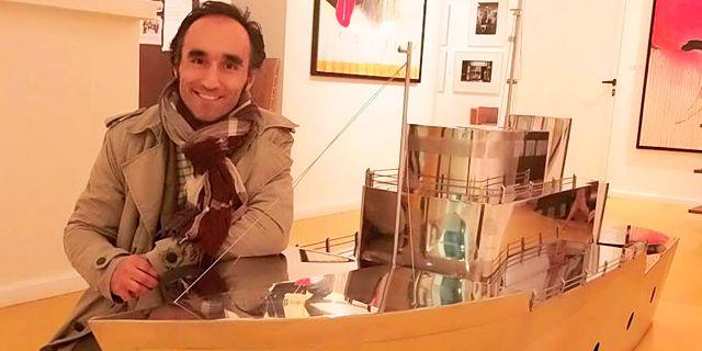 Carlos Álvarez Cuenllas nace en León en 1969. Es licenciado en Bellas Artes por la Universidad de Salamanca, ha sido reconocido con numerosos premios y que cuenta con obras en varias ciudades españolas, así como en colecciones públicas y privadas.