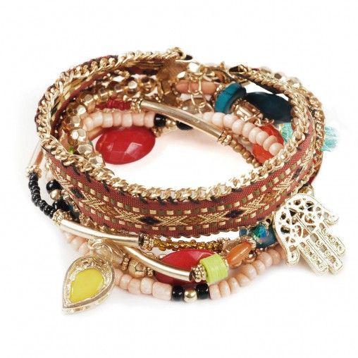 Set van 6 verschillende armbanden met veel hangers en kralen. 5 van de armbandjes bestaan uit kleine kralen en zijn versierd met kleine hangertjes in de vorm van een peace tekenen, een flosje, een versierde gouden hand en stenen. Het 6e bandje is van text