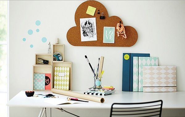 Painél feito com cortiça para prender bilhetes, anotações e outros detalhes importantes no home office. Assim fica mais fácil para relembrar reuniões, horários e compromissos importantes.