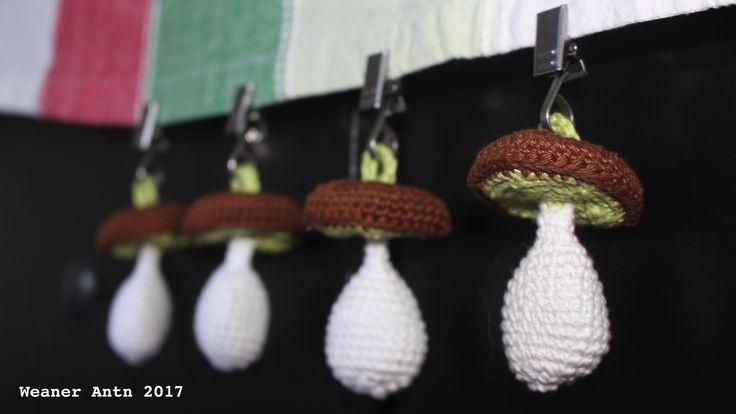 gehäkelte Steinpilze als Tischtuchgewichte / crochet porcinis as tablecloth weights