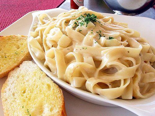 Si estás buscando una receta sencilla para servir en la cena de Navidad, entonces no te pierdas nuestra forma más fácil para servir Pasta Alfredo. ¡Te encantará! http://www.linio.com.mx/hogar/