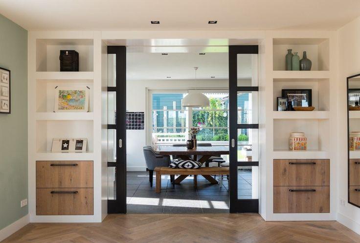 Een statige klassieke villa met aandacht voor details zoals de forse dakoverstekken en de sfeervolle luiken. Opvallend in het symmetrische ontwerp is het speels horizontaal...