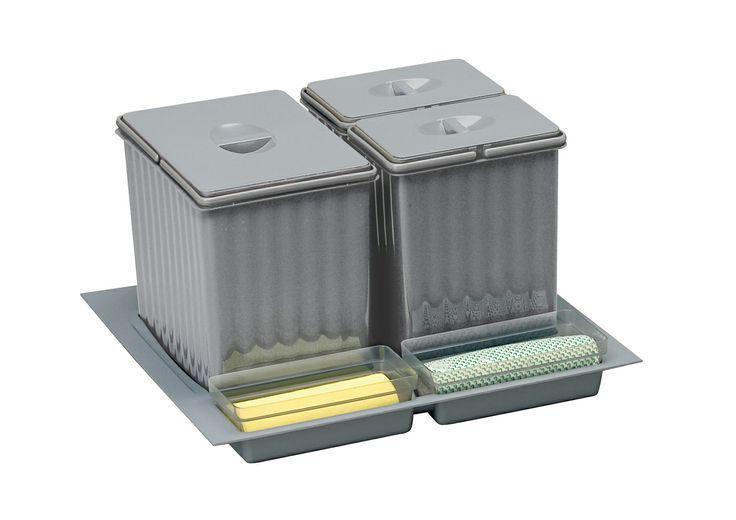 CUBOS RECICLAJE PARA CAJÓN - A partir de 72.75€- Set de cubos de reciclaje para cajón compuesto de 3 cubos gris con asas y tapas + bandeja inferior recortable para un mayor ajuste al cajón + 3 cubiletes de plástico para ubicar guantes, esponjas, bolsas y otros accesorios ubicados bajo el fregadero.   Ideal para separar la basura orgánica, del plástico y del papel. Dispone de pegatinas para personalizar cada cubo permitiendo una clasificación de residuos simplificada y práctica…