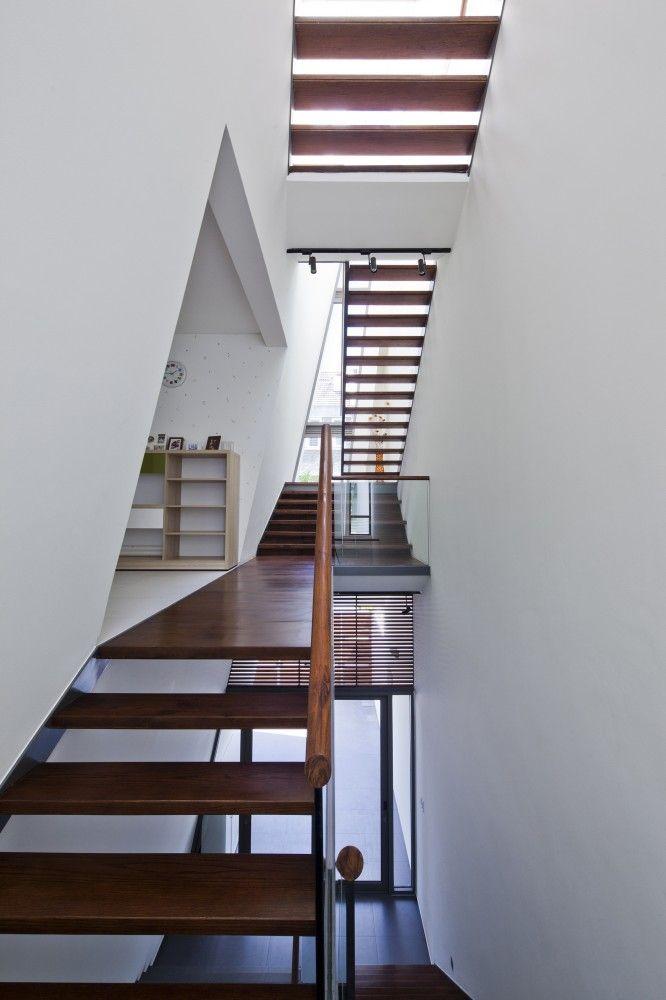 Folding Wall House / NHA DAN ARCHITECT