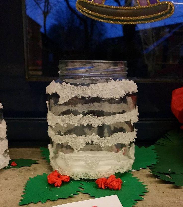 Kerstpotjes met grof zeezout! Met sterke lijm vormpjes tekenen en dippen in een bakje zout! Leuk touwtje eromheen, 2 kleine kerstballetjes erom en klaar!