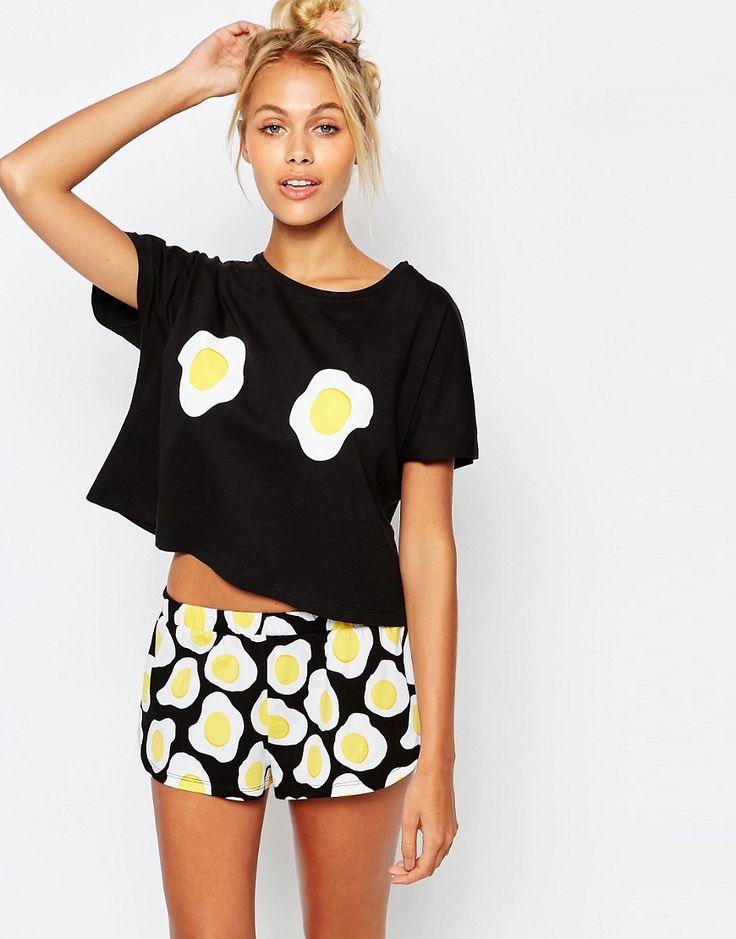 Imagen 1 de Pijama con camiseta y pantalón corto con diseño de huevo frito de ASOS