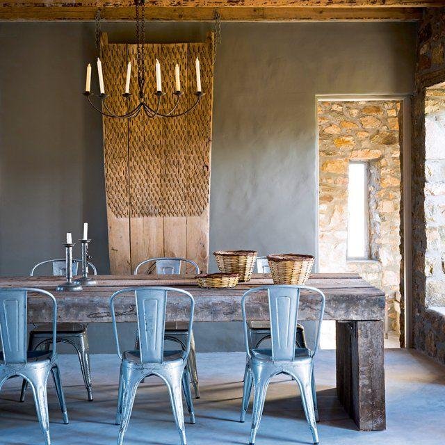 La vedette de cette pièce? La table de salle à manger qui trône fièrement entourée de ses chaises. Vous verrez, c'est elle qui donne le ton de toutes ces salles à manger modernes, sans fioriture, ni surcharge de meubles. Des salles à manger à l'esprit minimaliste, qui vont directement à l'essentiel et dans lesquelles on se sent bien.