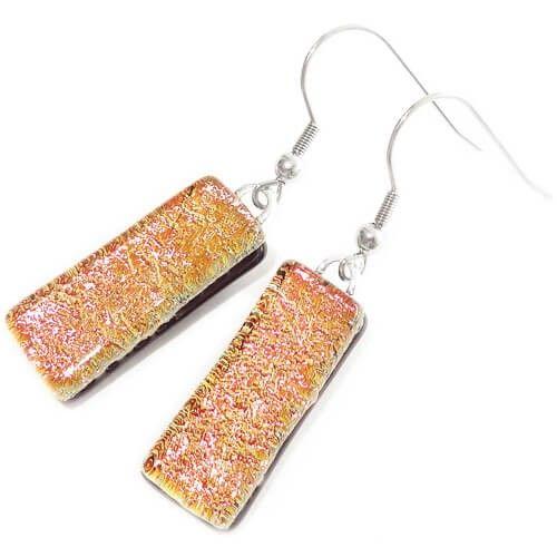 Lange oranje-goudkleurige glazen oorbellen. Luxe dichroide oorbellen van glas!