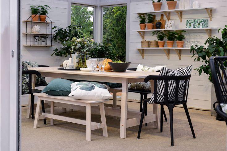 Uterum inrett med udda stolar och bänkar. Hyllor på väggen.
